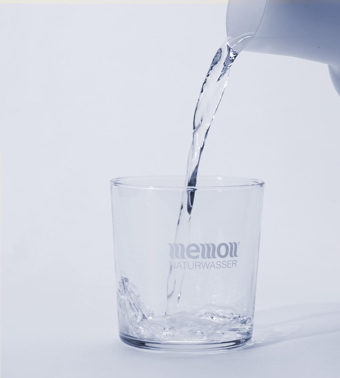 memonizerCARAFE beim Einschänken in ein Glas