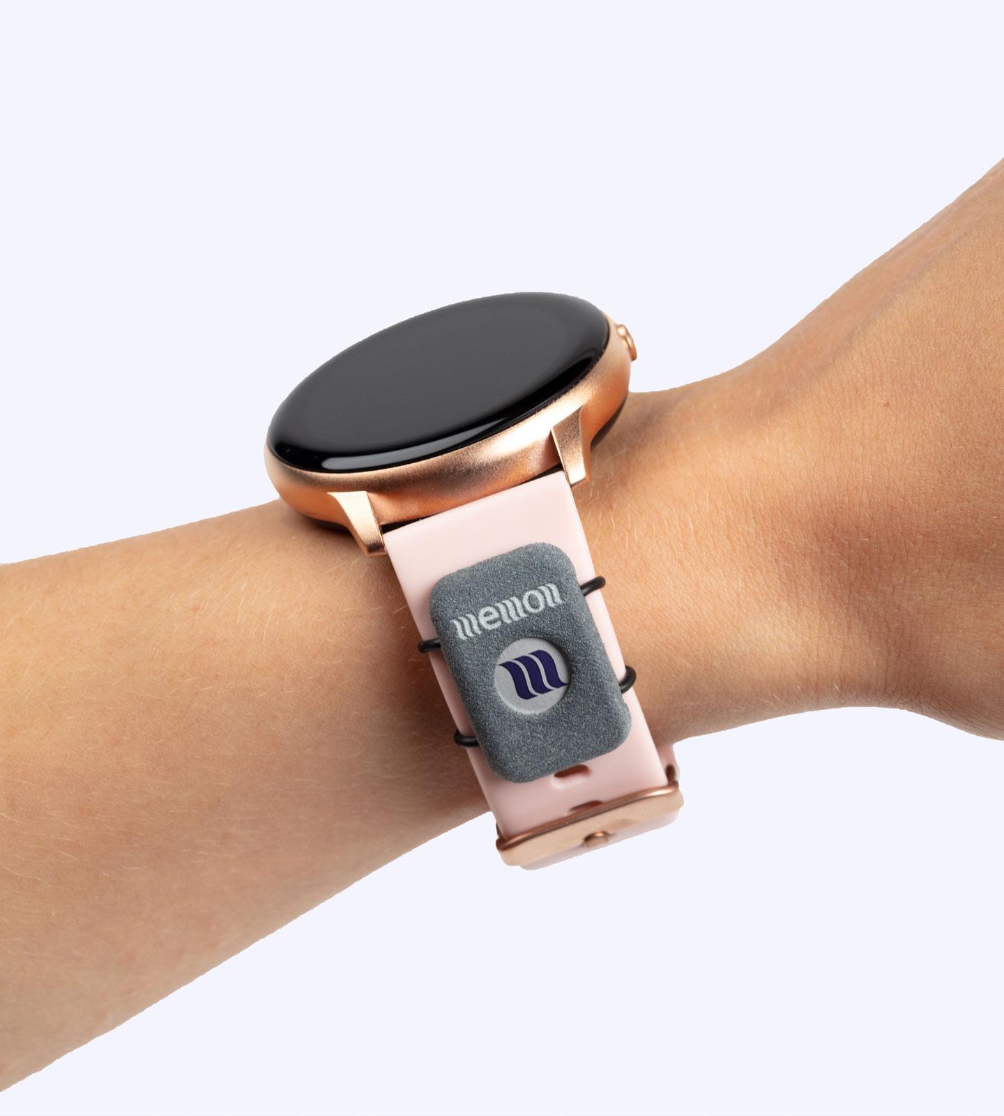 Der memonizerWATCH in grau installiert auf einer Smartwatch am Armband
