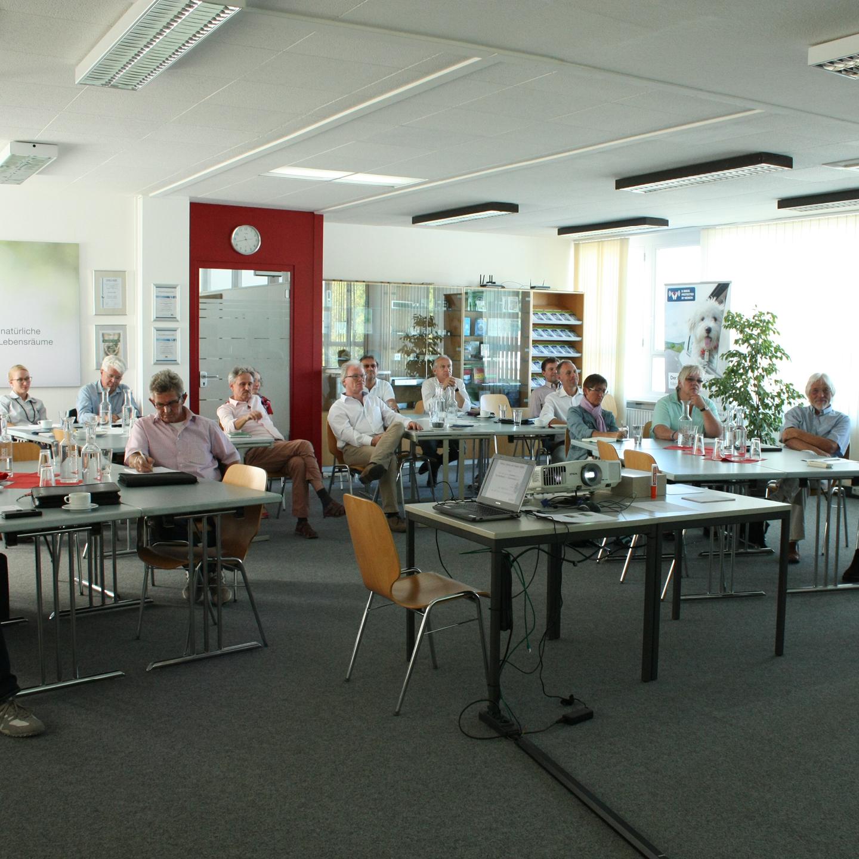 memon Veranstaltungsteilnehmer in einem Seminarraum mit Blick auf die Leinwand