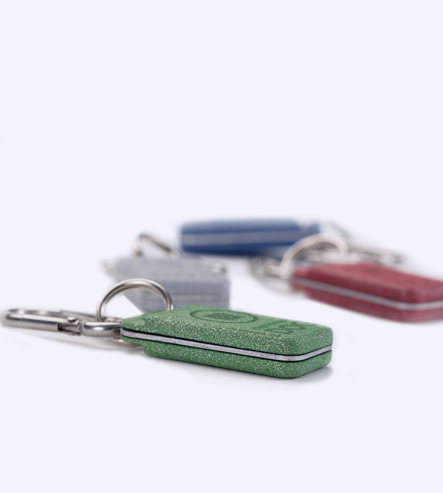 memonizerDOGs mit Varianten im Hintergrund und Blick auf die Dicke des grünen Produkts