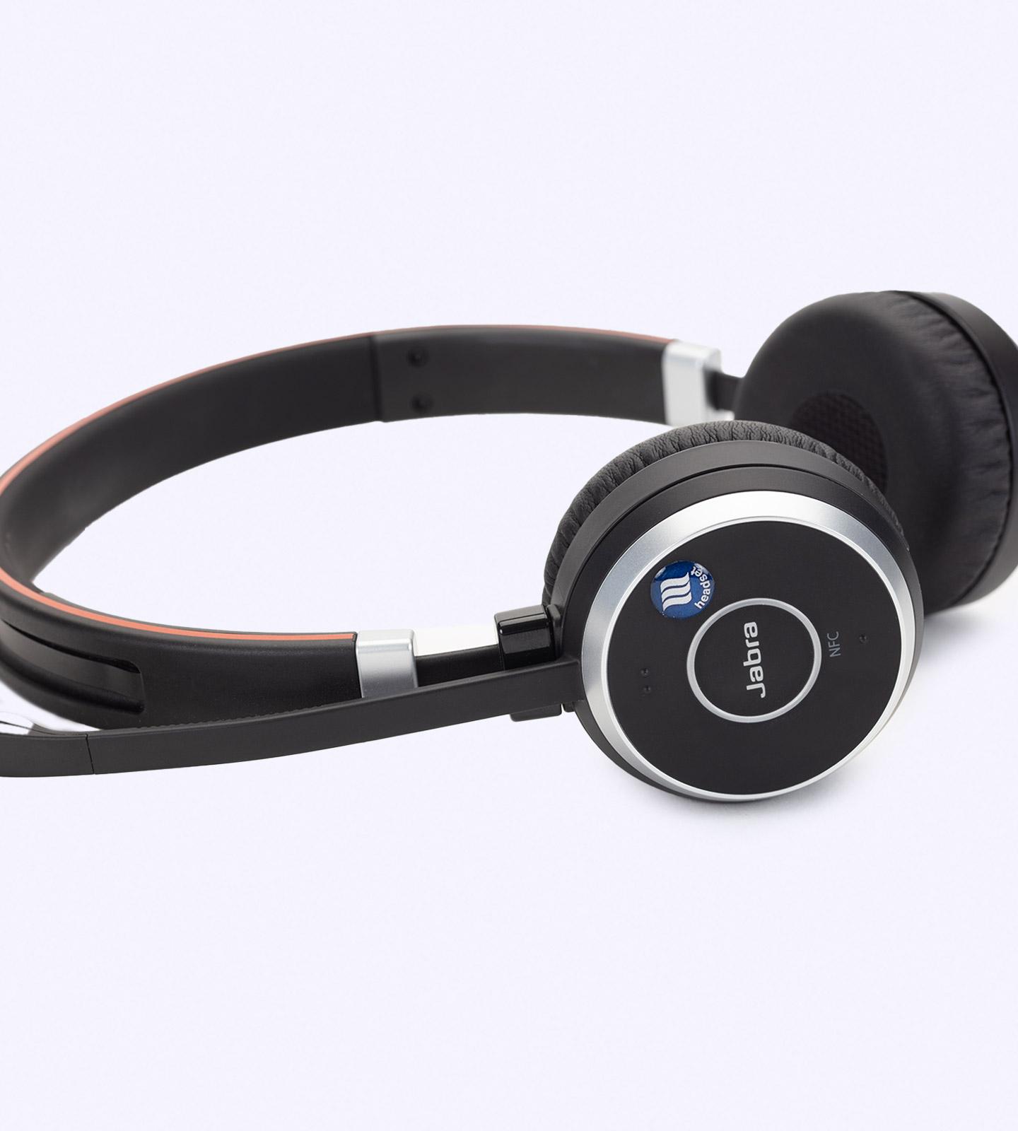 Der memonizerHEADSET installiert auf einem kabellosen Bluetooth-Kopfhörer