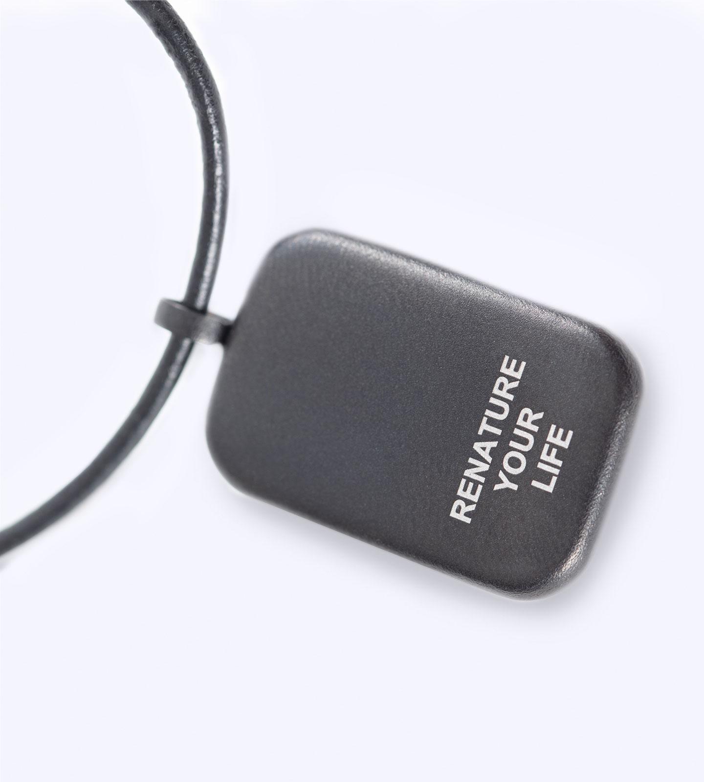 Der memonizerBODY pendant von der Rückseite mit Slogan Renature your Life